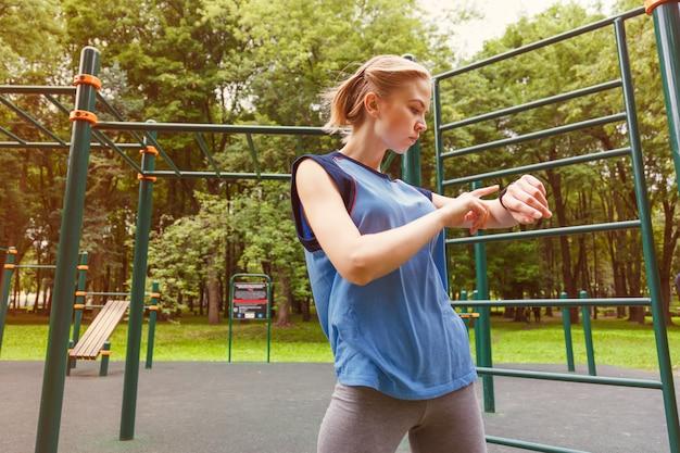 Mulher, usando, rastreador atividade, em, ginásio