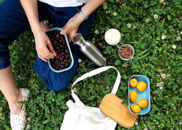 Mulher usando recipientes sustentáveis para alimentos