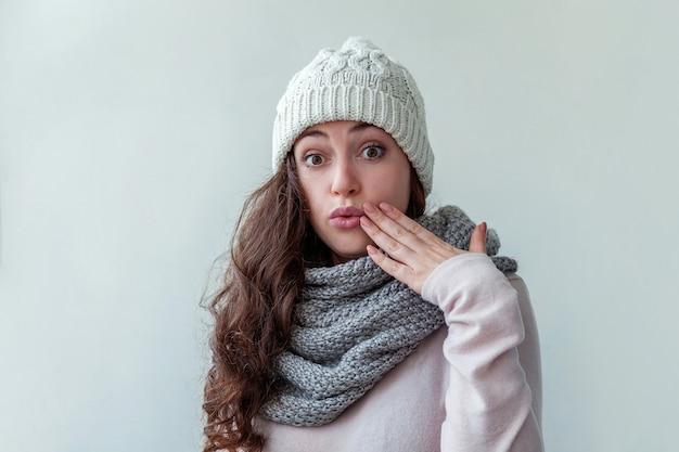 Mulher usando roupas quentes, lenço e lenço isolado no branco