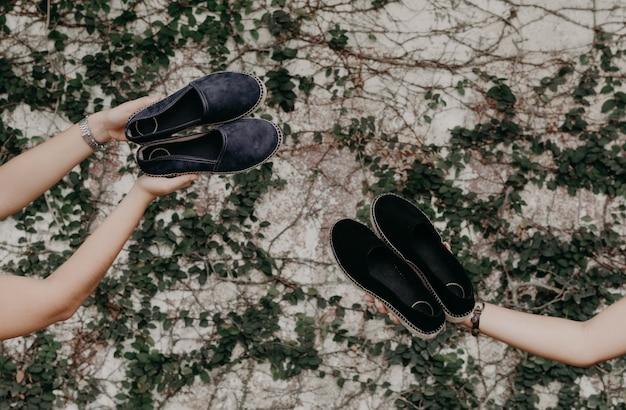 Mulher usando sapatos e sandálias, modelando ao ar livre