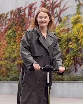 Mulher usando scooter elétrica lá fora