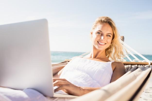 Mulher usando seu laptop