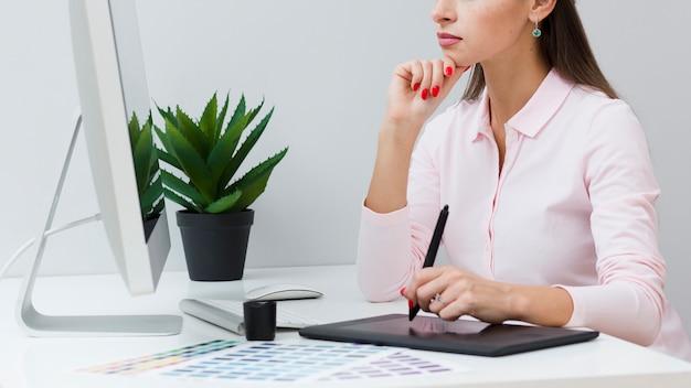Mulher usando seu tablet na mesa