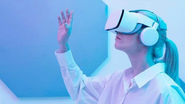 Mulher usando simulador de realidade virtual