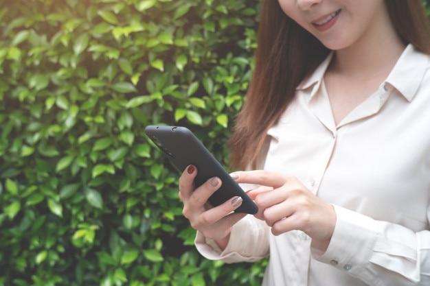 Mulher usando smartphone. conceito de mídia social
