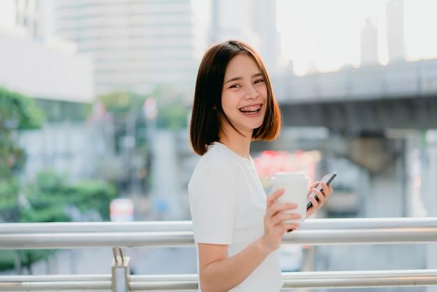 Mulher usando smartphone, durante o tempo de lazer. o conceito de usar o telefone é essencial na vida cotidiana.