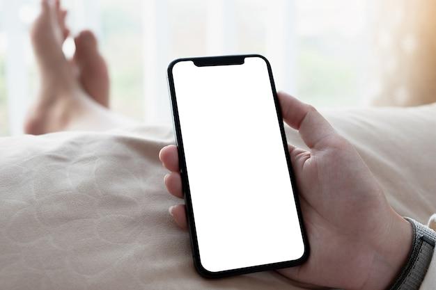 Mulher usando smartphone no escritório moderno branco