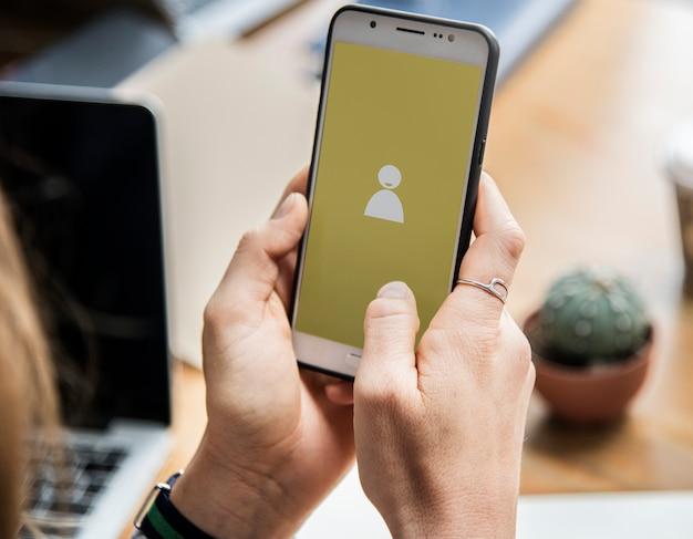 Mulher usando smartphone para redes sociais