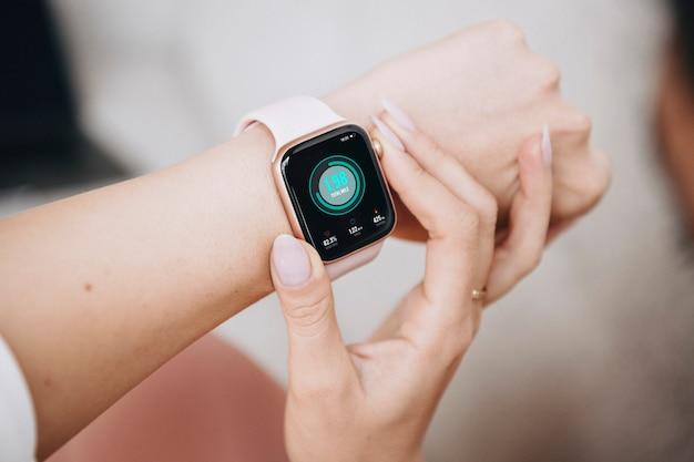Mulher usando smartwatch para esportes
