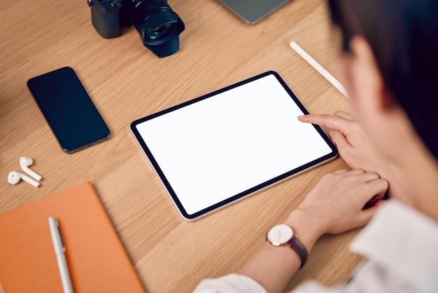 Mulher usando tablet com tela em branco