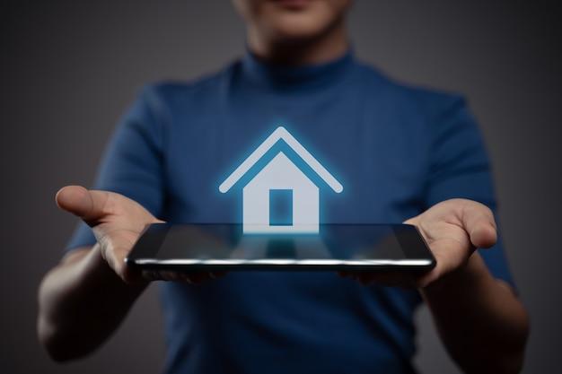 Mulher usando tablet mostrando efeito de holograma de ícone de casa