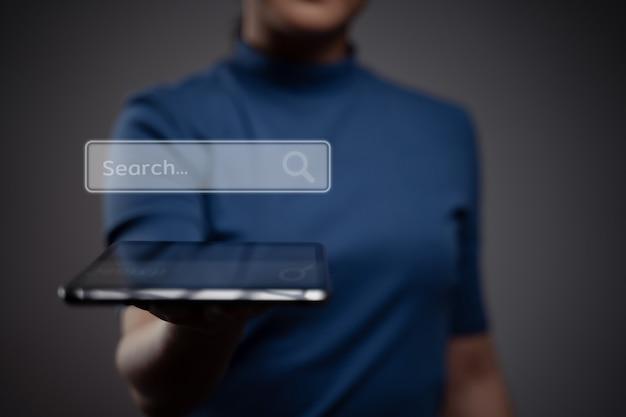 Mulher usando tablet para pesquisar com efeito de holograma do ícone do navegador