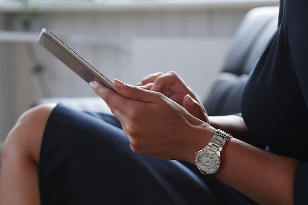 Mulher usando tablet