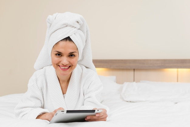 Mulher, usando, tabuleta, em, quarto hotel
