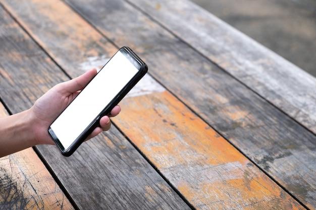 Mulher usando telefone celular em tábuas de madeira