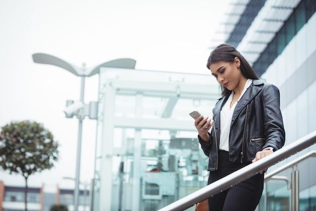 Mulher usando telefone celular