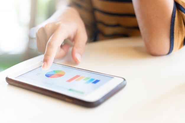 Mulher usando telefone inteligente para verificar dados no café