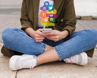 Mulher, usando, telefone móvel, social, mídia, conceito