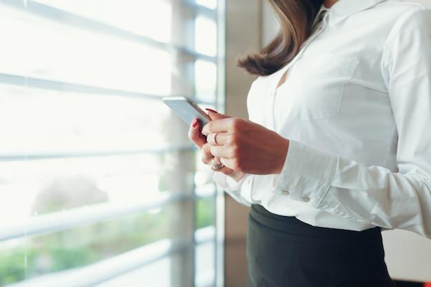 Mulher, usando, telefone móvel