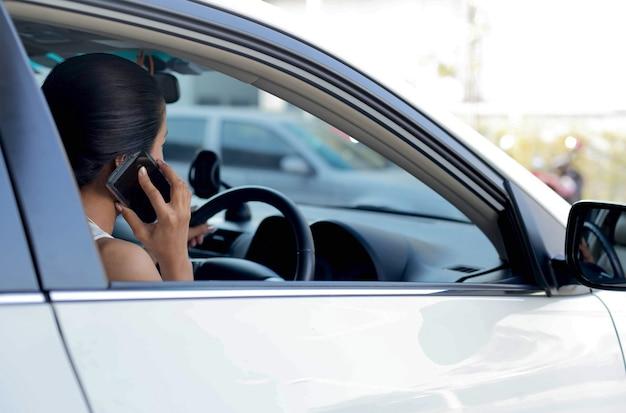 Mulher, usando, telefone pilha, enquanto, dirigindo carro