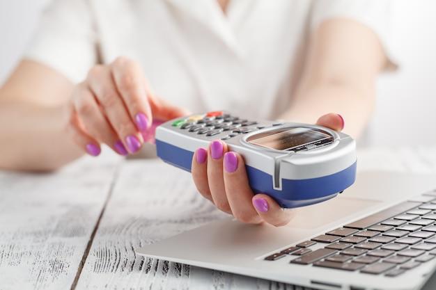 Mulher, usando, terminal pagamento