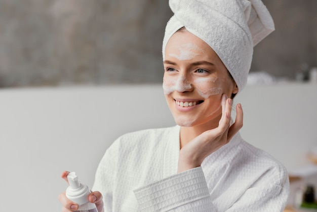 Mulher usando um creme facial branco