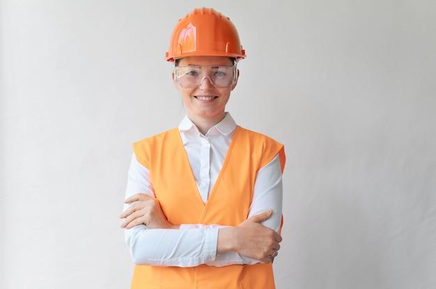 Mulher usando um equipamento de proteção industrial especial
