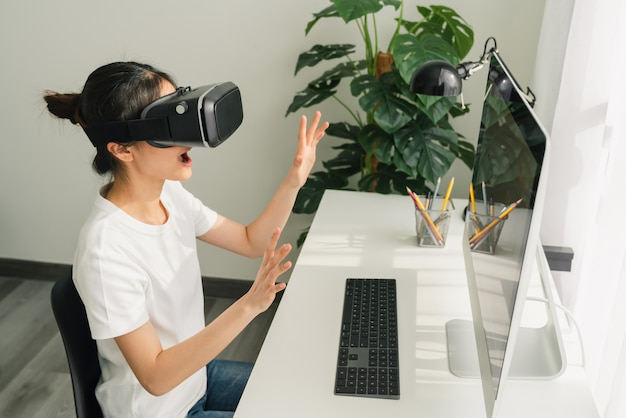 Mulher usando um fone de ouvido da realidade virtual