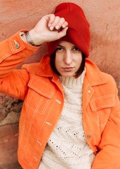Mulher usando um gorro vermelho