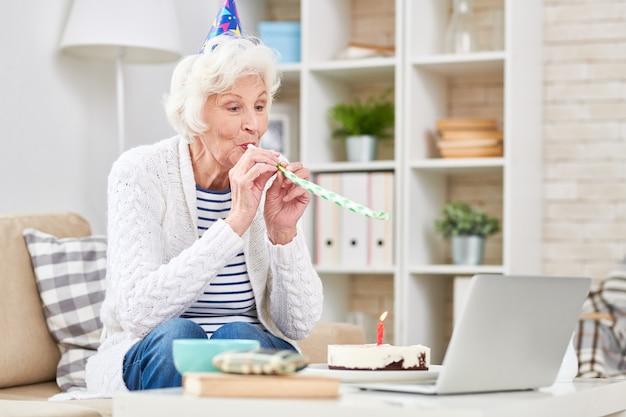 Mulher usando um laptop em casa