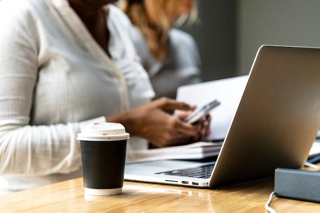 Mulher, usando, um, laptop, em, um, reunião