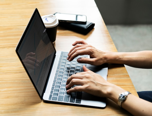 Mulher, usando, um, laptop, no trabalho