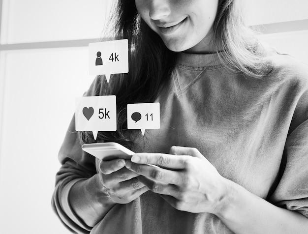 Mulher, usando, um, smartphone, e, sorrindo