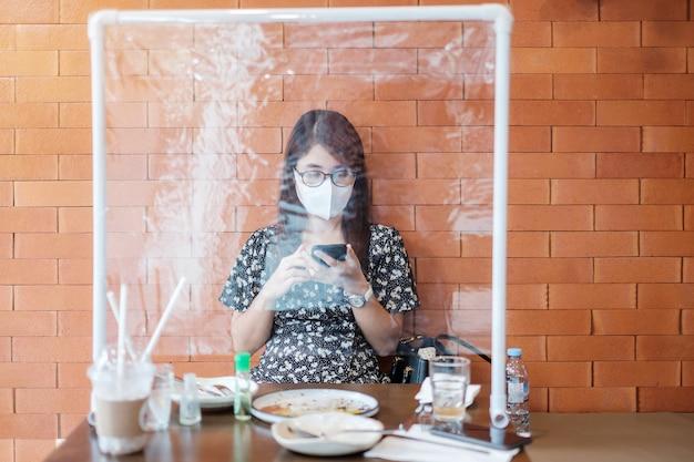 Mulher usando um smartphone no restaurante