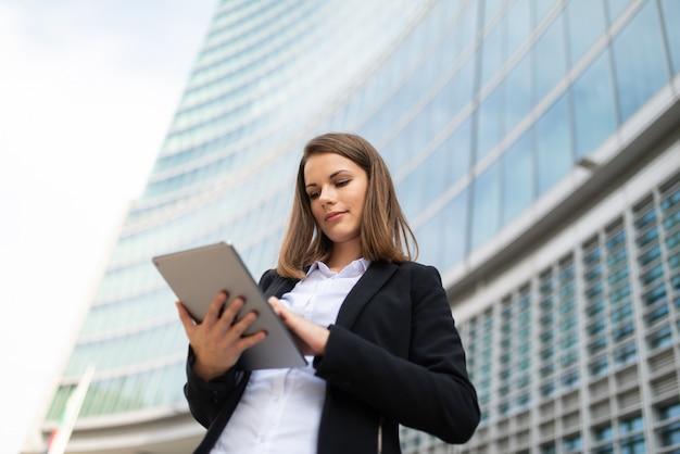 Mulher usando um tablet fora do escritório