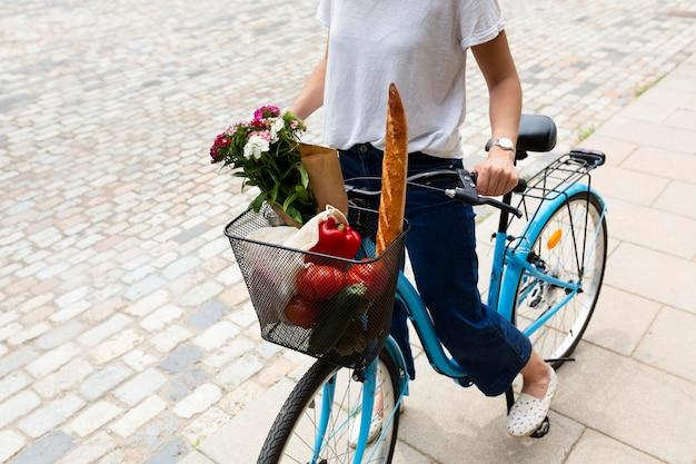 Mulher usando uma forma ecológica de transporte