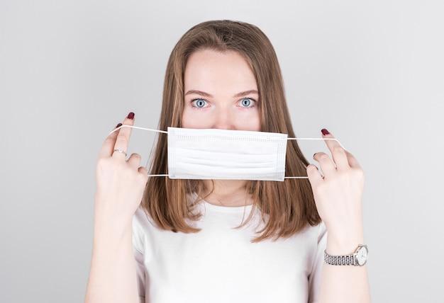 Mulher usando uma máscara de proteção antivírus para evitar que outras pessoas contraiam a corona covid-19 e a gripe