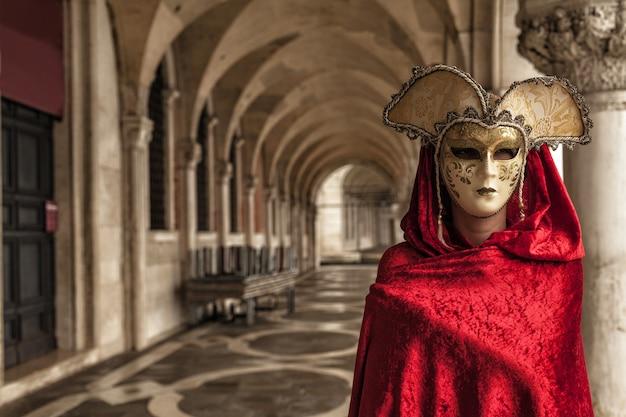 Mulher usando uma máscara misteriosa