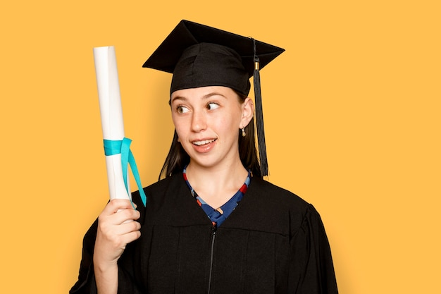 Mulher usando uniforme e segurando o diploma de formatura