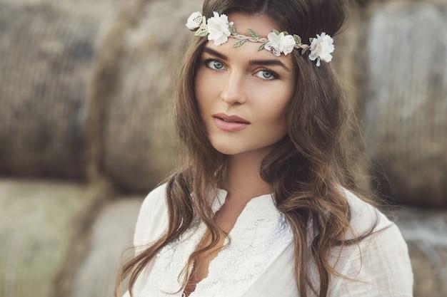 Mulher usando vestido branco elegante no lado do país