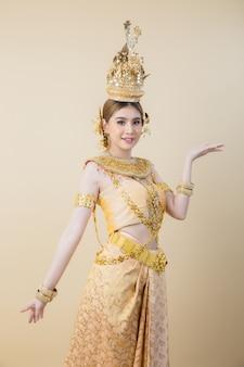 Mulher usando vestido tailandês típico
