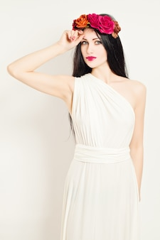 Mulher usando vestido túnica branca grega