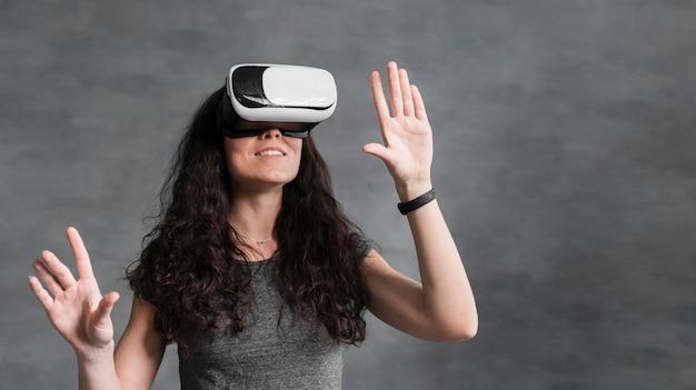 Mulher usando vista frontal do fone de ouvido de realidade virtual