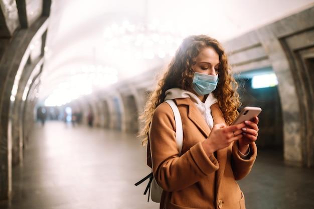 Mulher, use máscara facial, proteja contra infecção de vírus, pandemia, surto e epidemia de doenças na cidade de quarentena.