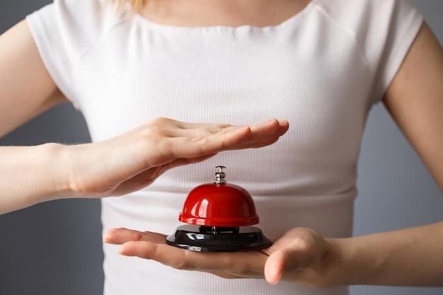 Mulher vai tocar sino vermelho, botão. atendimento ao cliente, campainha de serviço.
