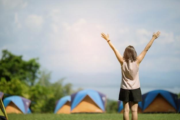 Mulher vai viajar de férias, relaxar tempo, tenda, paisagem agradável com garota