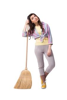 Mulher varrendo o chão isolado no branco
