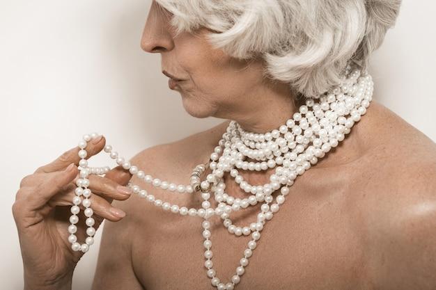 Mulher velha bonita com jóias