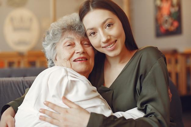 Mulher velha em um café com jovem neta