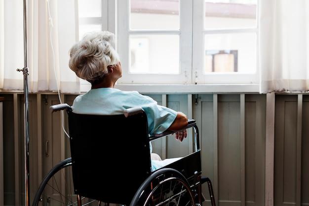 Mulher velha em uma cadeira de rodas